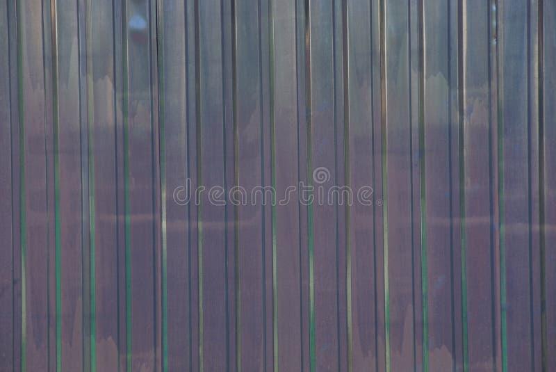Brun metalltextur från den randiga järnstaketväggen arkivfoton