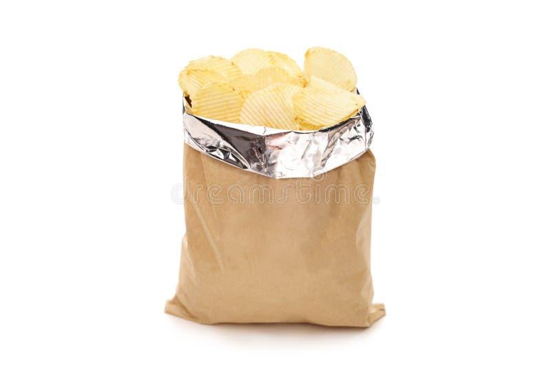 Brun påse mycket av potatischiper fotografering för bildbyråer