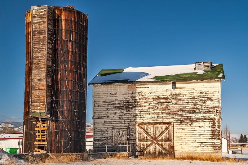 Brun silo och vit ladugård arkivfoton