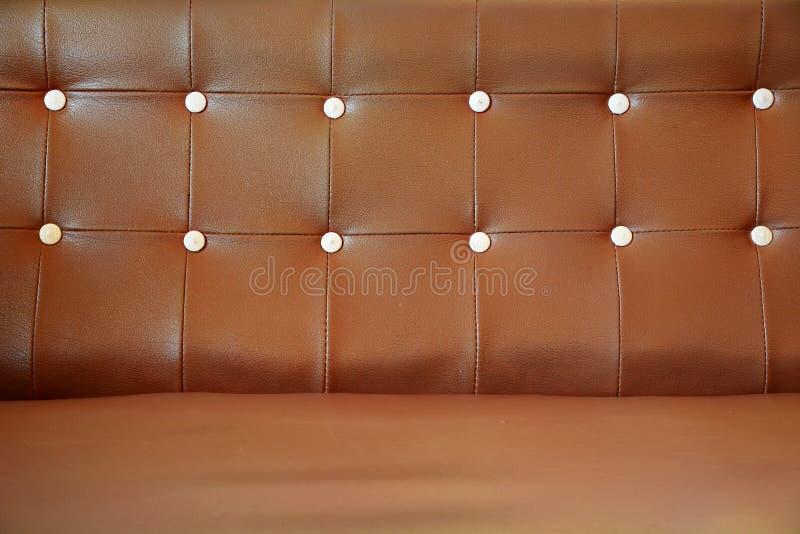 Brun soffa för tappninglädernärbild royaltyfri bild
