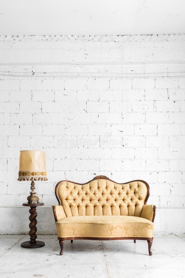 Brun soffa med lampan fotografering för bildbyråer