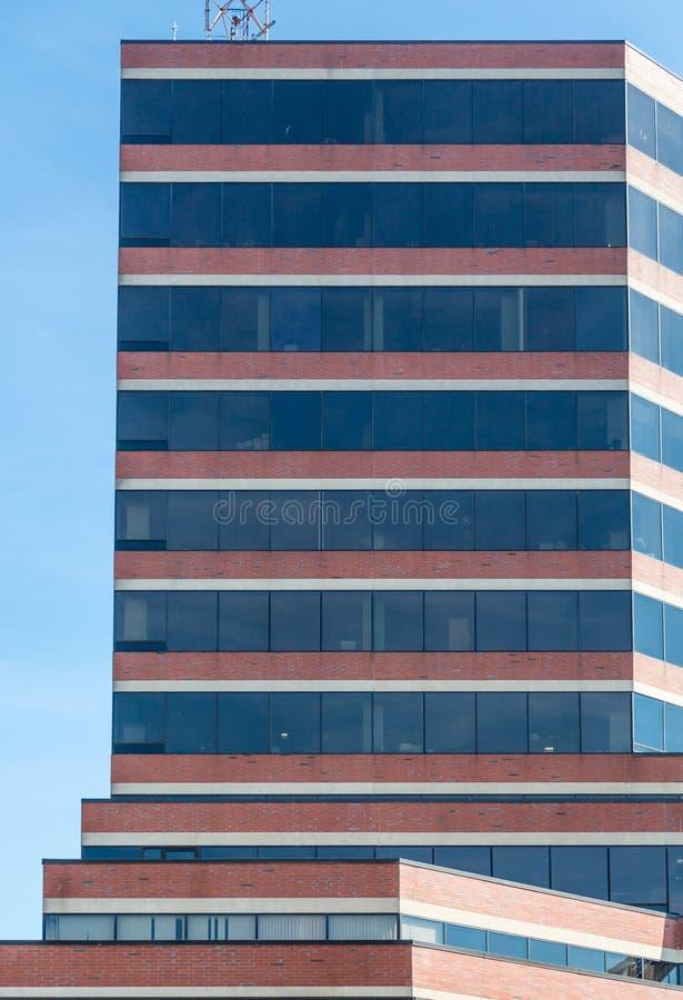 Brun sten- och exponeringsglasbyggnad i Halifax royaltyfria foton