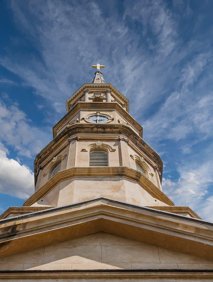 Brun stenkyrktorn underifrån royaltyfria foton