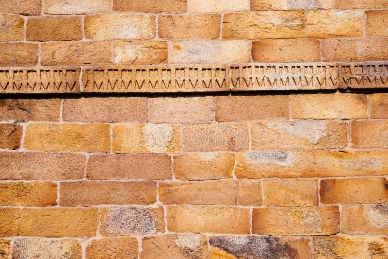 Brun tegelstenstenvägg i Indien royaltyfria foton