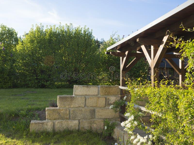 Brun tiber trägazebo eller pergola med klättringväxter och wh arkivbild