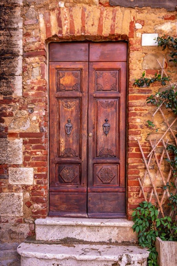 Brun trädörr för tappning i Tuscany, Italien arkivfoton