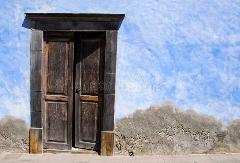 Brun trädörr med den blåa och gråa väggen öppen dörr Lanzarote royaltyfria bilder