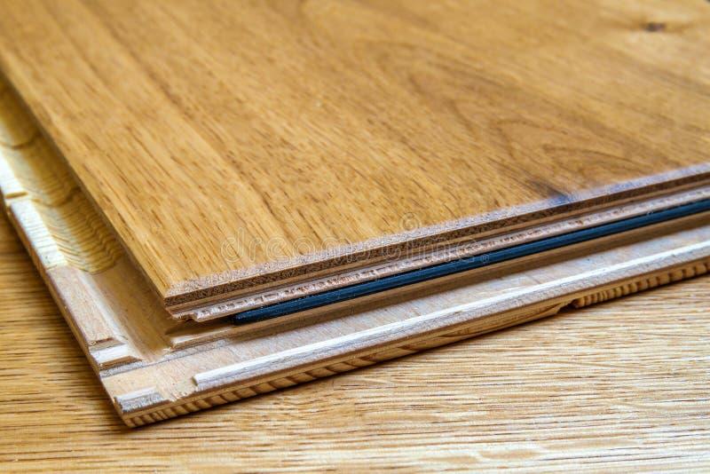 Brun träinstallation för plankor för parkettgolv, slut upp Carpe fotografering för bildbyråer