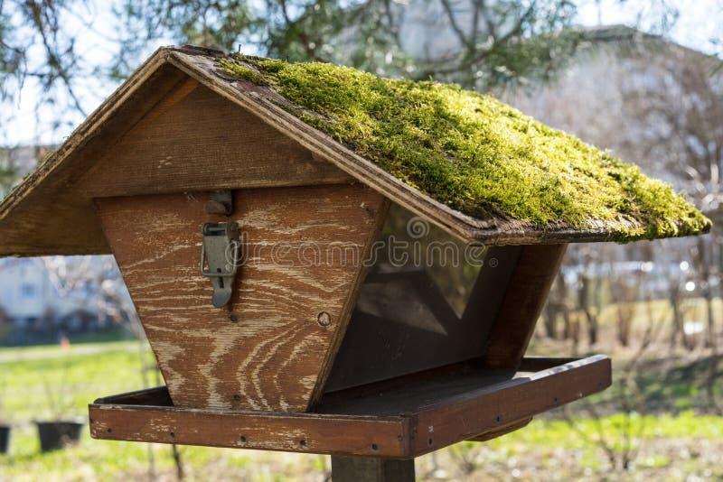 Brun trävoljär med det mossa täckte taket fotografering för bildbyråer