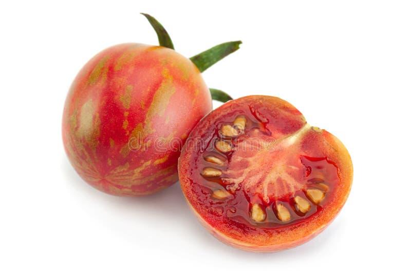 Bruna körsbärsröda tomater på vit royaltyfri foto