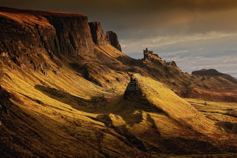 Bruna klippor under Gray Sky royaltyfri bild