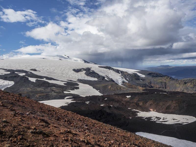 Bruna lavafält och fotvandraslinga runt om vulkan Eyjafjallajokull fotografering för bildbyråer