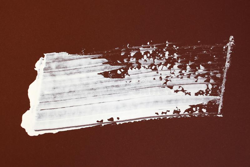 Bruna och vita borsteslaglängder på kanfas abstrakt konstbakgrund F?rgtextur Fragment av konstverk abstrakt kanfasm?lning arkivbild