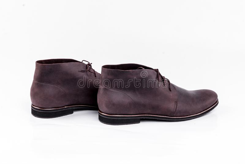 Bruna skor för man` s på den vita bakgrunden royaltyfri bild