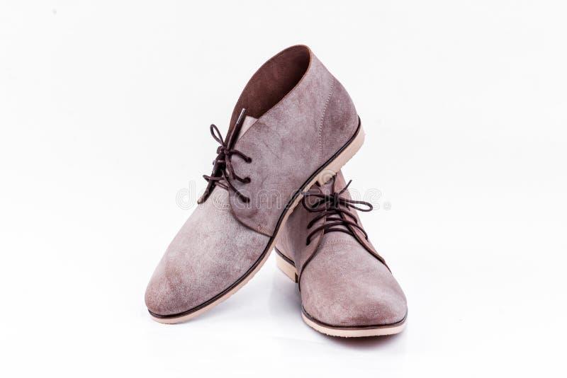 Bruna skor för man` s på den vita bakgrunden arkivbild