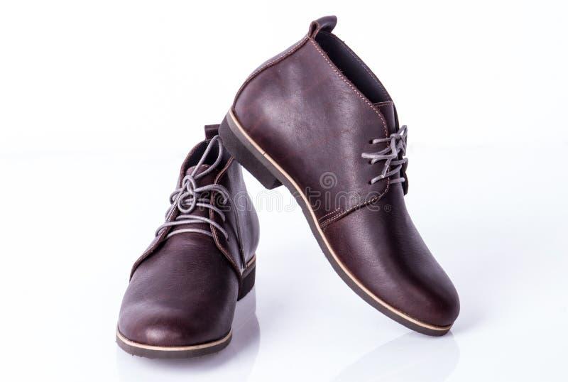 Bruna skor för man` s på den vita bakgrunden royaltyfri foto