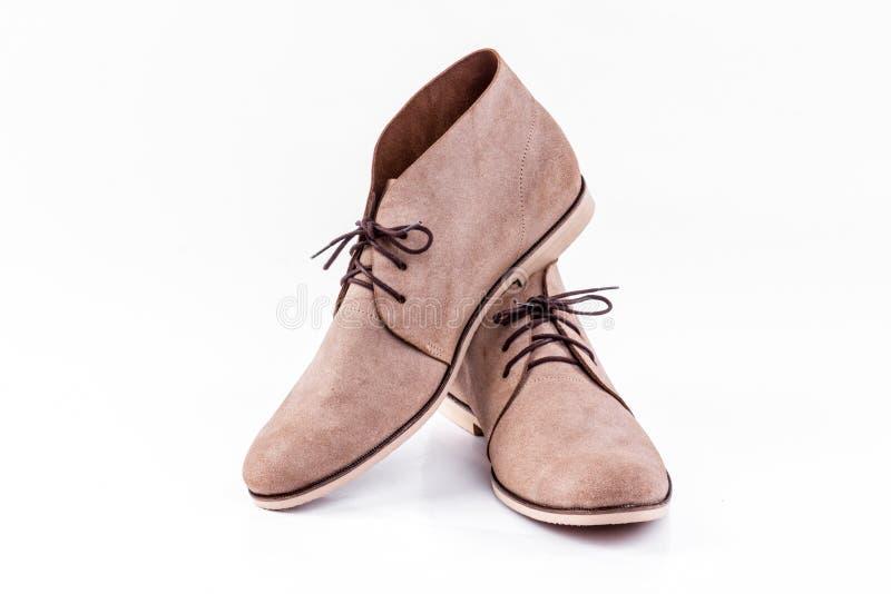Bruna skor för man` s på den vita bakgrunden fotografering för bildbyråer