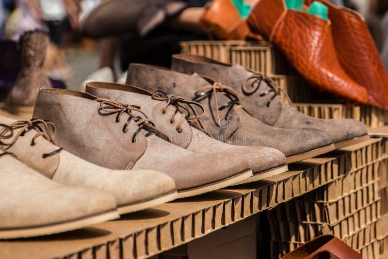 Bruna skor för man` s på den vita bakgrunden royaltyfri fotografi