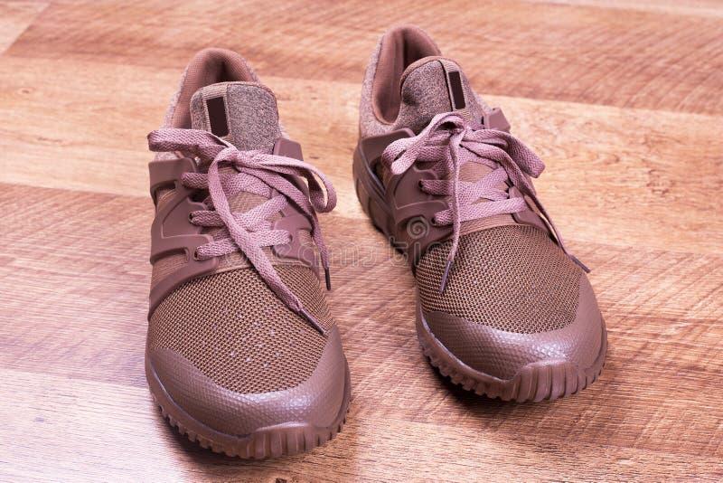 Bruna skor för sommarman` s arkivbild