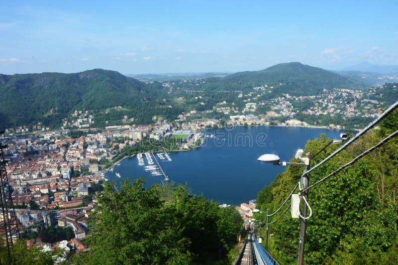 BRUNATE, ITALIA - 14 MAGGIO 2017: Funicolare con la vista spettacolare della città del lago Como e di Como, Italia immagine stock