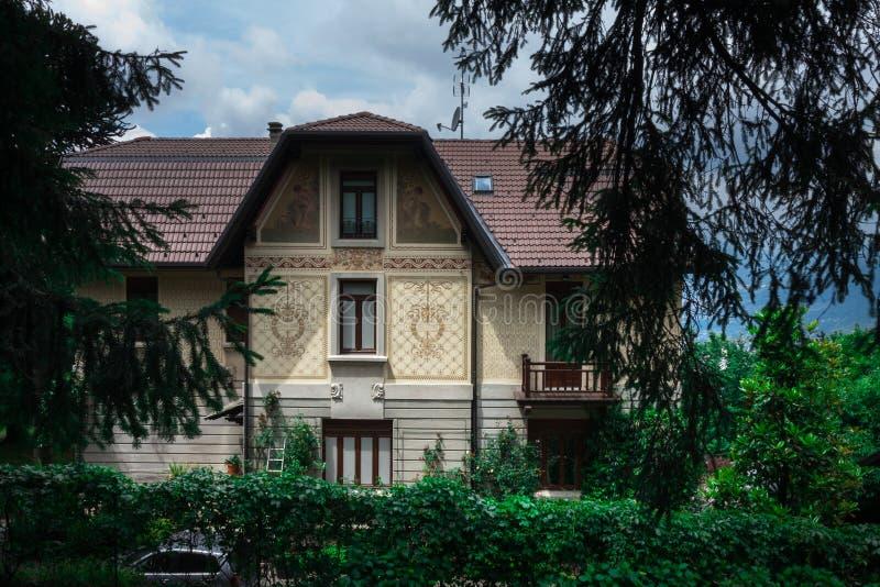BRUNATE, ITALIA - MAYO DE 2016: chalets en la extensión ecléctica y del art nouveau del estilo al área y rodeada por los parques  imágenes de archivo libres de regalías