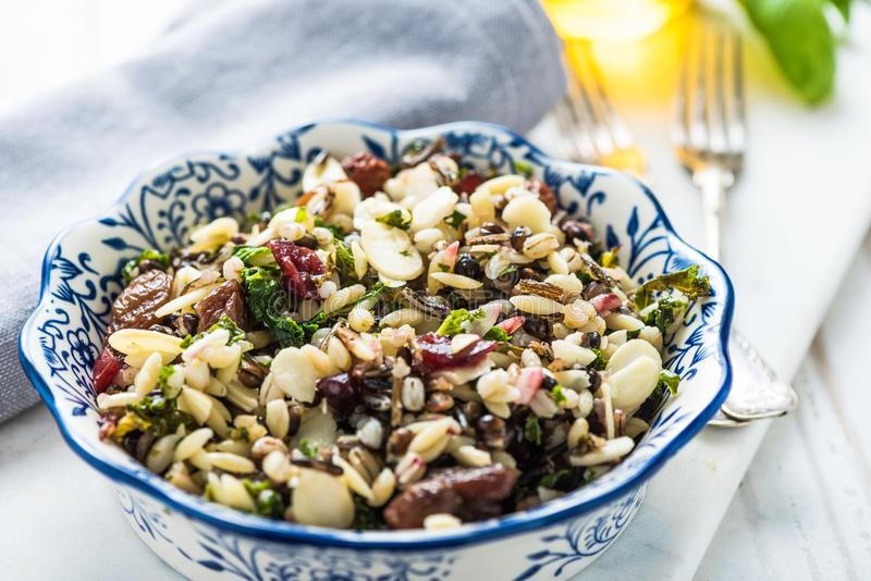 Brunch, amandes et salade sains d'orzo photo libre de droits