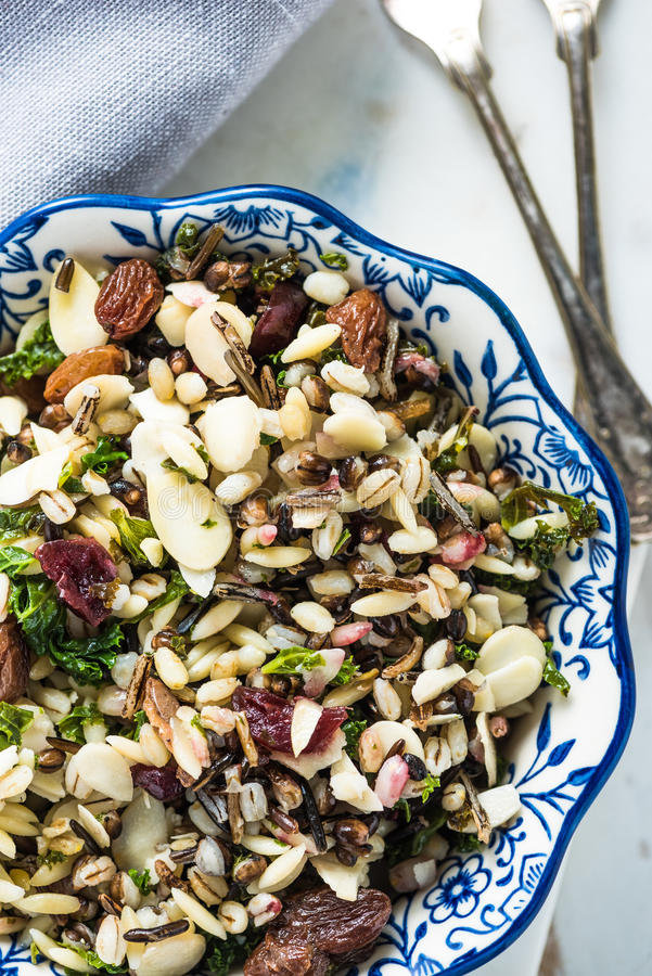 Brunch, amandes et salade sains d'orzo photographie stock libre de droits