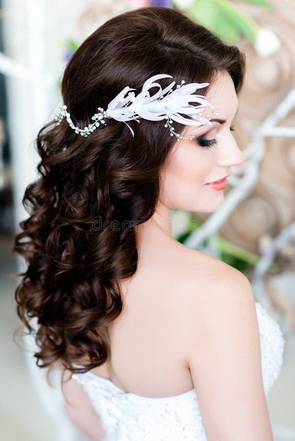 Brunch blanc des fleurs dans un beau ` s de jeune mariée photos libres de droits