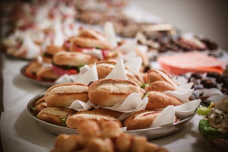 brunch met verse Franse baguettes en groenten stock fotografie