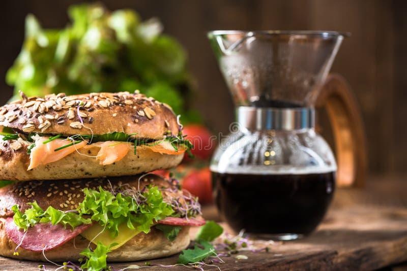 Brunch ou petit déjeuner sain, bagels et café dans le plongeur photo libre de droits