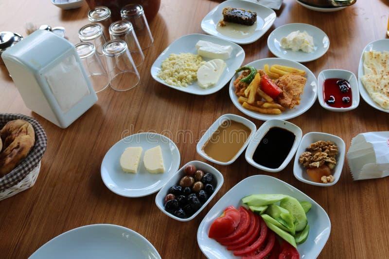 Brunch turc traditionnel de petit déjeuner de petit déjeuner Déjeuner extérieur image libre de droits