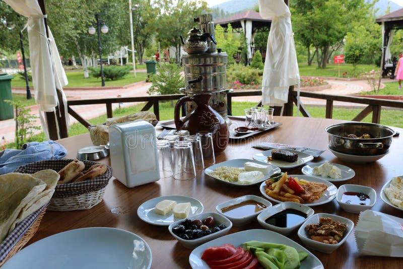 Brunch turc traditionnel de petit déjeuner de petit déjeuner Déjeuner extérieur photo stock