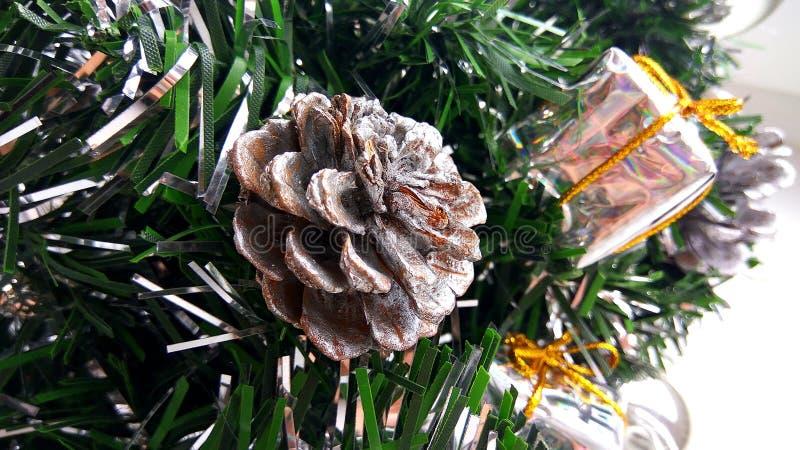 Brunchs artificiels d'arbre de Noël décorés des babioles, des boîte-cadeau de jouet et du cône argentés Decorati de vacances de n images libres de droits