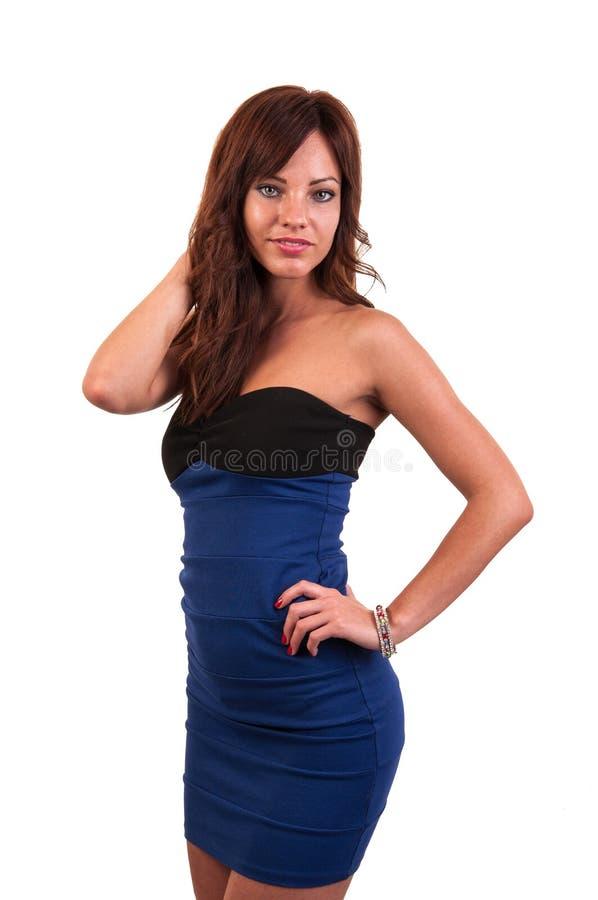 Brune élégante dans la pose bleue de robe photos libres de droits