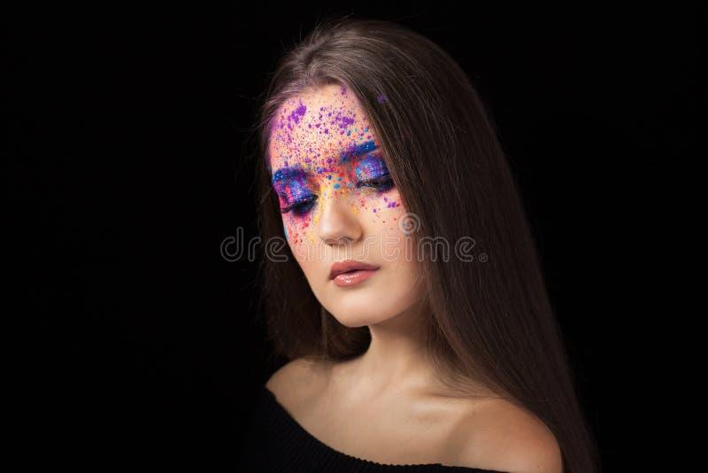 Brune attrayante avec le maquillage lumineux d'art Yeux colorés de Smokey et sourcils bleus photos stock