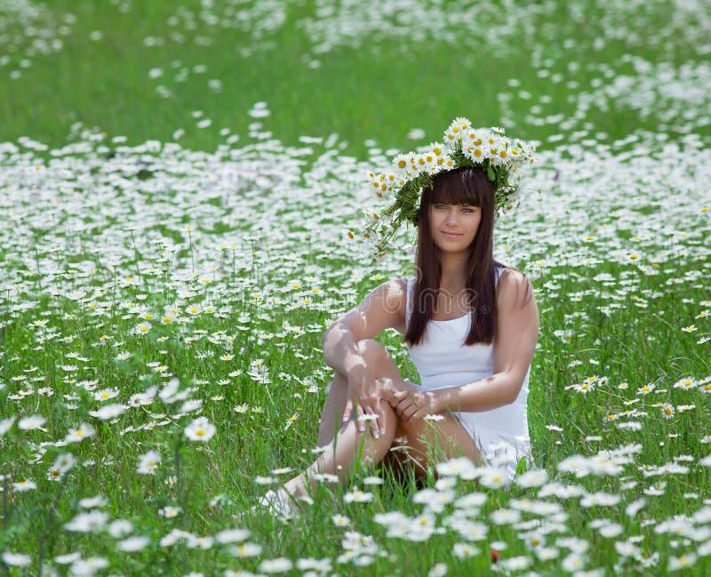 Brune attrayante en guirlande de camomille photographie stock