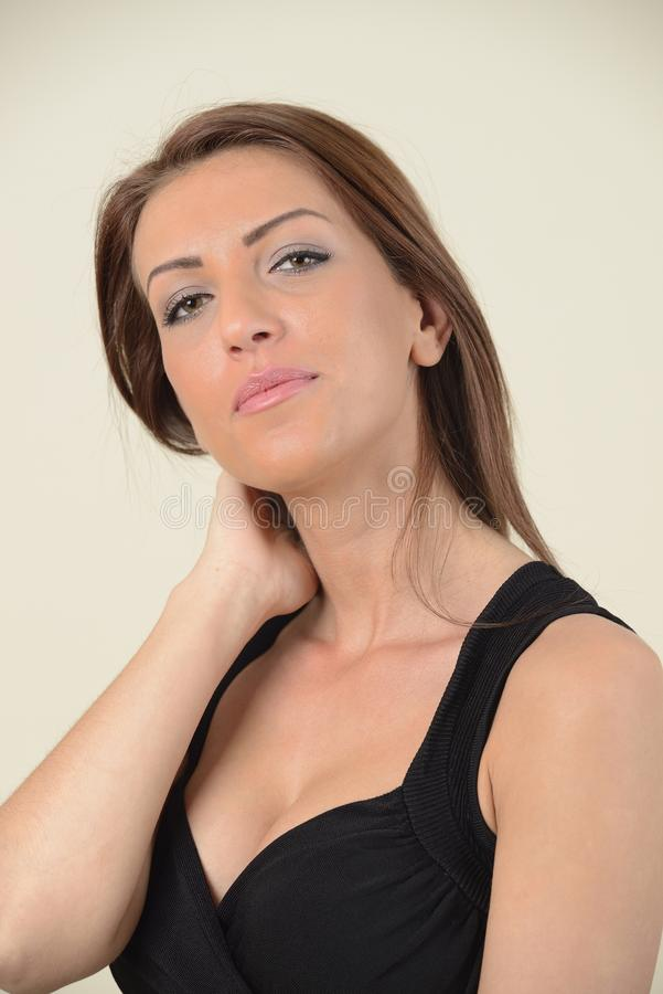 Brune avec de longs cheveux dans la robe noire photos stock