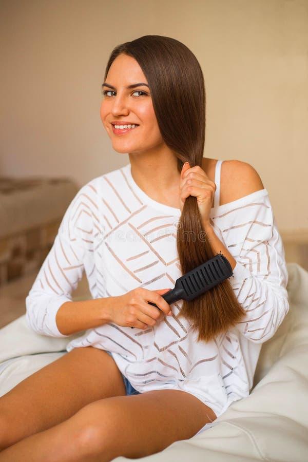 Brune avec de longs cheveux sains images libres de droits