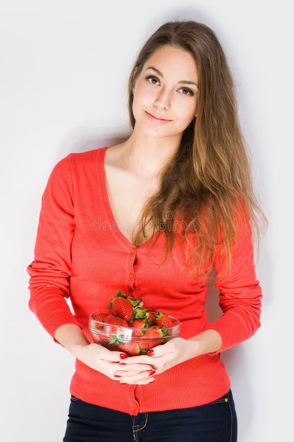 Brune avec les fraises mûres fraîches. photo libre de droits