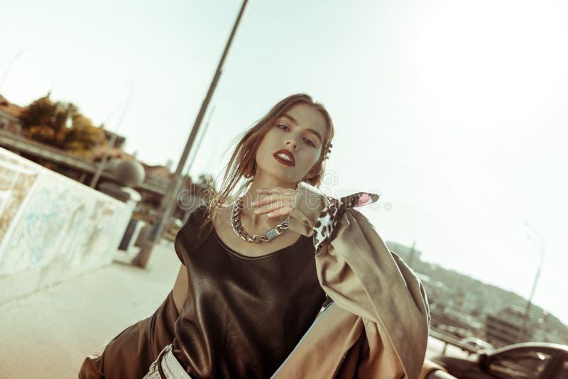 Brune provocatrice portant la nouvelle collection de mode photos libres de droits