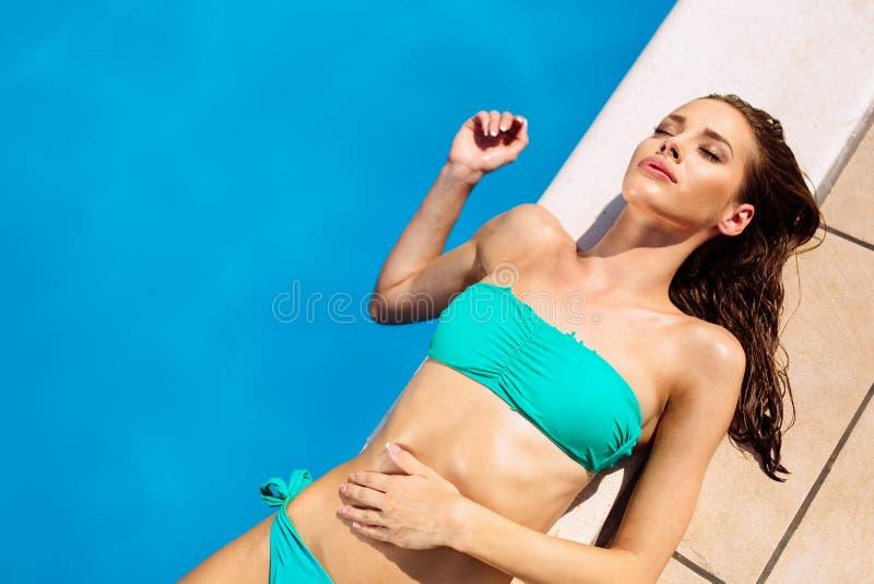 Brune renversante se reposant et prenant un bain de soleil photo libre de droits