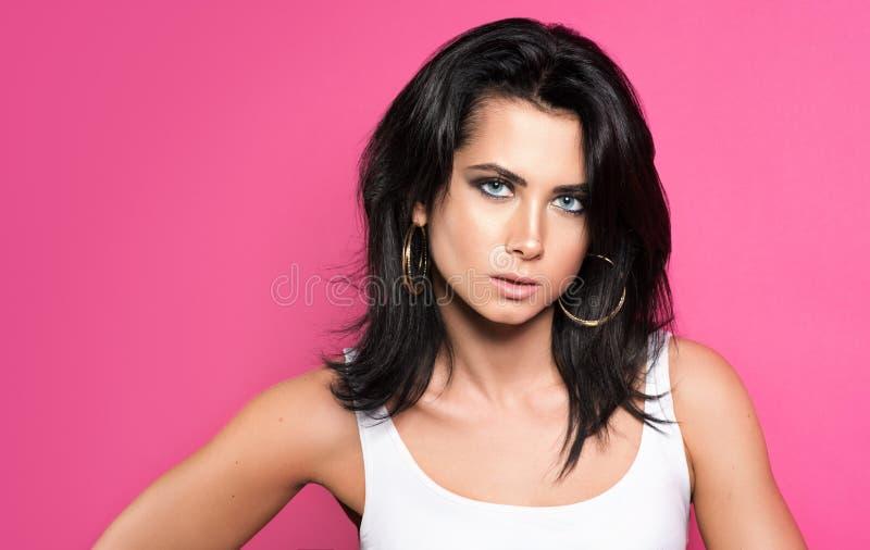 Brune sensuelle avec un maquillage lumineux Portrait de jeune belle femme dans le T-shirt blanc image libre de droits