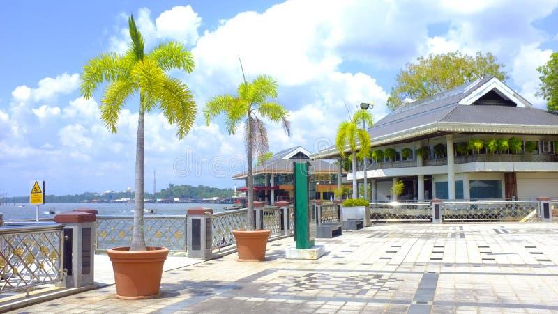 BRUNEI DARUSSALAM DARUSSALAM Palmeiras, frente marítima, barreira em Brunei Darussalam Dia ensolarado na ilha de Bornéu imagens de stock