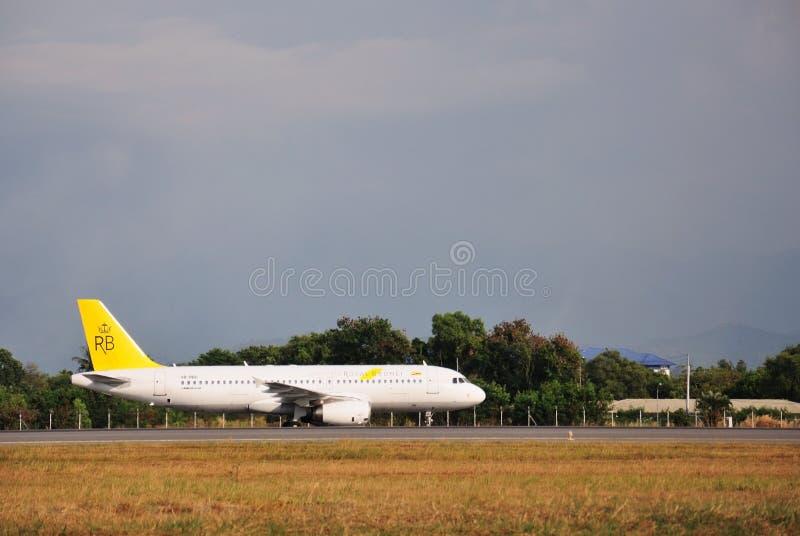 Brunei Darussalam real Airbus A320 que taxiing em Kota Kinabalu International Airport foto de stock