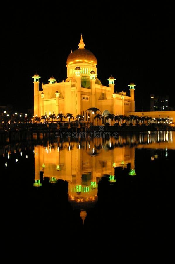 Brunei moské på natten med reflexion arkivbild