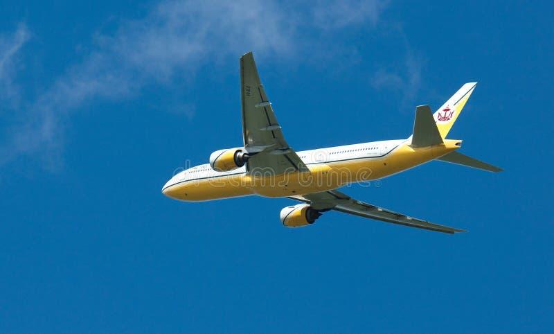 Brunei real Boeing 777 no vôo imagem de stock