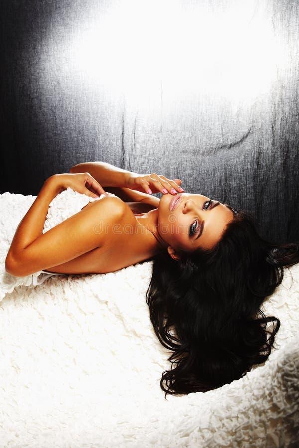 brunet puszka dziewczyna target1142_0_ seksowną kanapę obraz stock