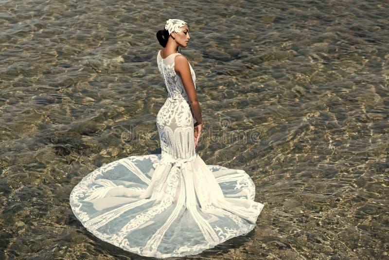brunetka biel smokingowy ślubny Żeńska moda, piękno i reklamy pojęcie, Panna młoda na pogodnym letnim dniu na seascape obraz stock