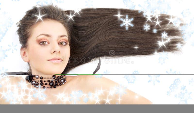 brunetka czarnego kołnierza uroczy płatki śniegu zdjęcia stock