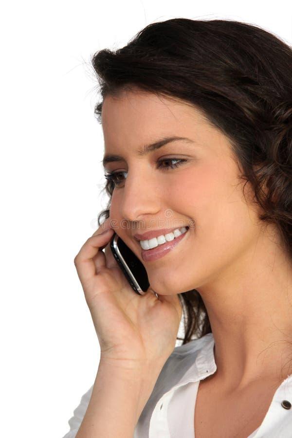 brunetka jej mobilny mówienie obraz stock